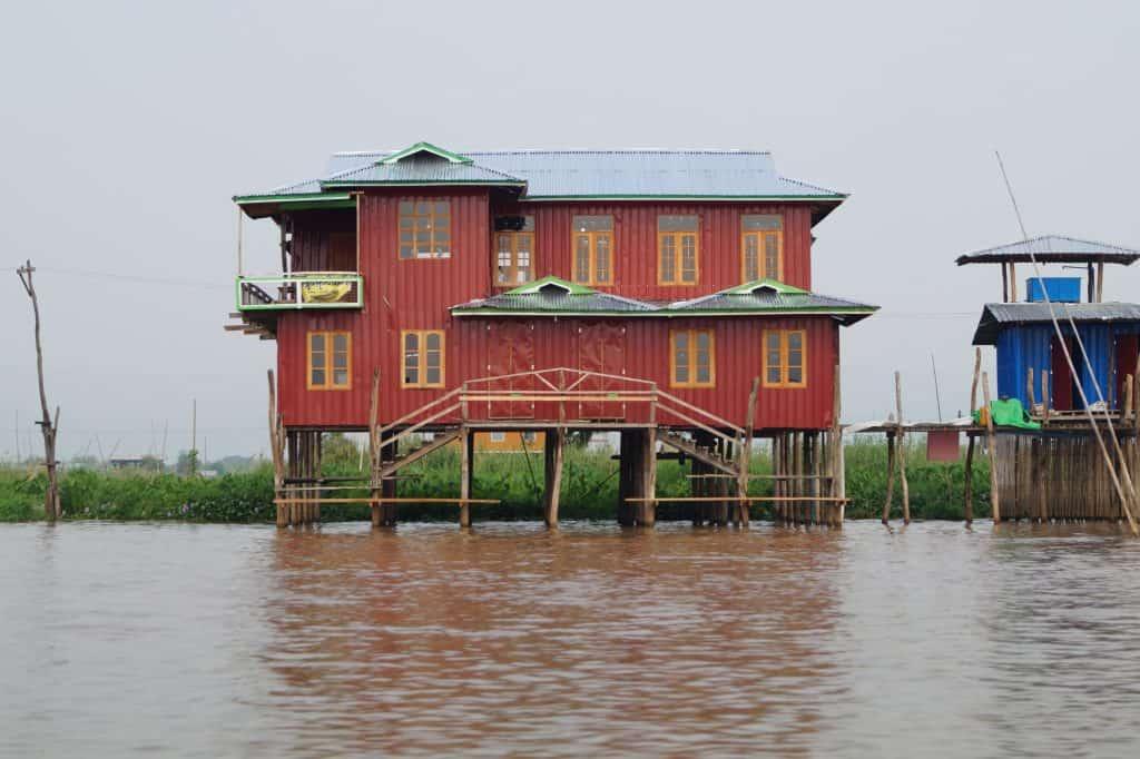 Huis op palen in Inle Lake, Myanmar