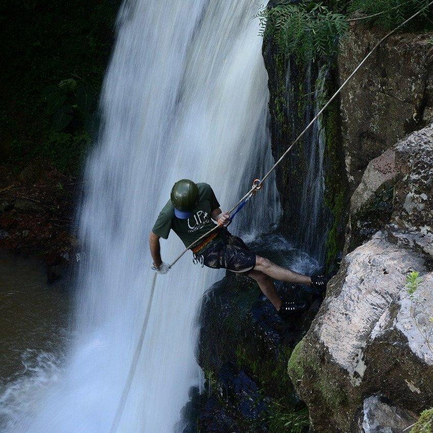 Abseilen van een waterval in San Gil